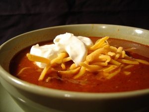 Bowl_of_chili_with_sour_cream_and_cheese